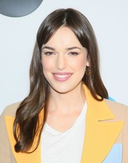 Elizabeth Henstridge wore a loose wavy hairstyle with parted bangs at the Disney ABC Television TCA Winter Press Tour.