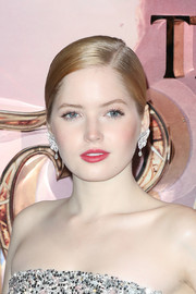 Ellie Bamber added major glamour with a pair of oversized diamond drop earrings.