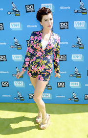 Stevie Ryan's tropical-print short suit was a fun and quirky look for the actress.
