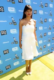 Aisha kept it sleek and classic with a strapless ivory tiered silk dress at the Do Something Awards.