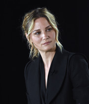 Jennifer Nettles rocked a loose, messy ponytail at the 'Christmas of Many Colors: Circle of Love' press conference.