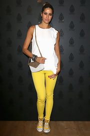 Elena Santarelli brightened up her look with yellow skinny pants and matching yellow sneakers.