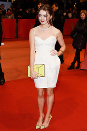 Maisie Williams matched her shoes with a modern-chic yellow hard-case clutch by Kate Spade New York.