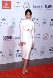 Rocsi Diaz complemented her dress with an oval-shaped hard-case clutch in pearlized and metallic stripes.