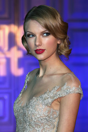 Taylor Swift swiped on some raspberry lipstick for a lovely finish to her beauty look.