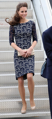 Kate Middleton complemented her posh lace dress with a classic nude leather envelope clutch.