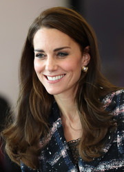 Kate Middleton dolled up her lobes with a pair of pearl and gold disc studs by Oscar de la Renta.