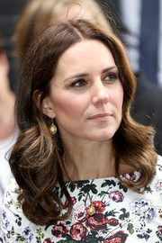 Kate Middleton glammed up her lobes with a pair of dangling gemstone earrings.
