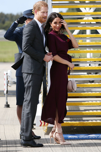 Meghan Markle rounded out her look with a nude leather purse by Cuyana.