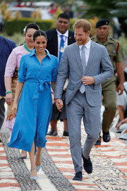 Meghan Markle teamed her dress with a pair of Banana Republic pumps in a lighter shade of blue.