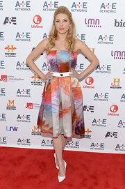 Katheryn chose a strapless watercolor pleated print dress for her soft and feminine look on the red carpet.