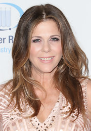 Rita Wilson chose this light pink lip color for her pretty and pink red carpet look.