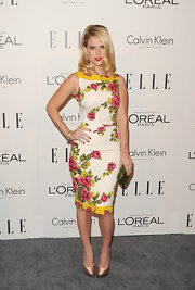 Alice Eve paired her chic floral sheath dress with satin blush-colored platform pumps.