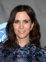 Kristen Wiig kept it casual with this center-parted wavy hairstyle at the Elle Women in Comedy event.