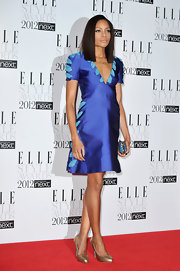 Naomie paired her brilliant blue dress with metallic gold pumps.