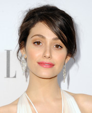 Emmy Rossum added major sparkle to her look with a pair of diamond chandelier earrings by Chopard.