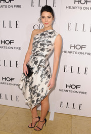 A simple black Edie Parker box clutch rounded out Mary Elizabeth Winstead's look.