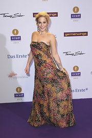 Lafee looked carefree yet elegant at the Echo Awards in her strapless print dress.