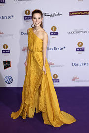 Lena Meyer-Landrut's  mustard, one-shoulder dress made her look like one fashionable Greek goddess!