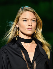Martha Hunt sported a simple loose side-parted style at the Elie Saab runway show.