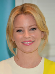 Elizabeth Banks chose a pretty  pink lip color for a subtle beauty look during the launch of the Listerine 21-Day Challenge.