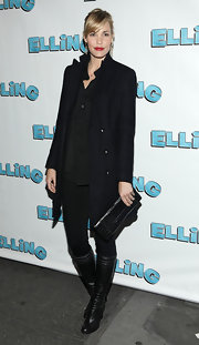 Leslie Bibb grasped a black snakeskin clutch. The purse matched her monochromatic black ensemble.
