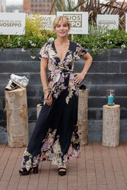 Elsa Pataky paired her lovely dress with chunky-heeled platform sandals.