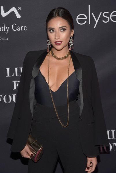 Shay Mitchell styled her menswear-inspired outfit with a gold popcorn chain necklace for the Pink Party.