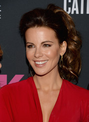 Kate Beckinsale pulled her hair back in a glam bouffant ponytail with thick curls for the Pink Party.