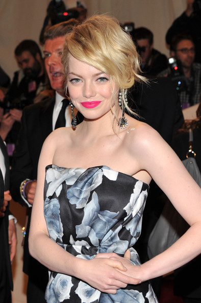 Emma Stone Pink Lipstick [alexander mcqueen: savage beauty,hair,hairstyle,beauty,fashion model,blond,lip,shoulder,fashion,long hair,dress,arrivals,emma stone,alexander mcqueen: savage beauty costume institute gala,metropolitan museum of art,new york city,costume institute gala]