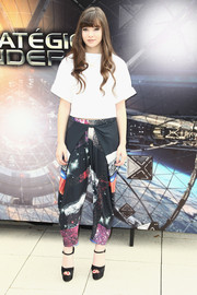 Hailee Steinfeld channeled the '90s in a pair of printed harem pants by Clover Canyon when she attended the 'Ender's Game' photocall in Paris.