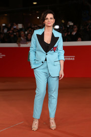 Juliette Binoche glammed up her suit with a pair of gold T-strap sandals by Christian Louboutin.