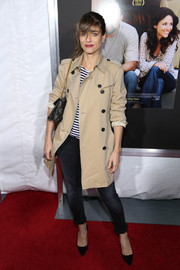 A pair of on-trend black pointy pumps rounded out Amanda Peet's casual-chic ensemble.