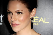 Actress Amanda Righetti added a fierce touch to her flawless look with shimmering Panther unity drop earrings.