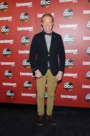 To keep his look preppy and fun, Jesse opted for a pair of dark tan chinos.