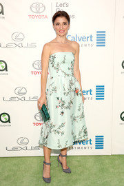 Shiri Appleby looked fetching in a mint-green foliage-print strapless dress by Monique Lhuillier at the EMA Awards.