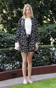 Eva Riccobono wore this scattered print kimono jacket with her leather mini at the 'Eva Spettacolo Della Scienza' photocall.