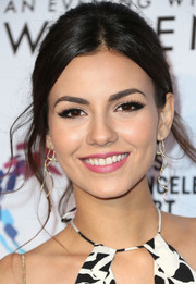 Victoria Justice wore a mildly messy loose bun during the Evening with Women benefit.
