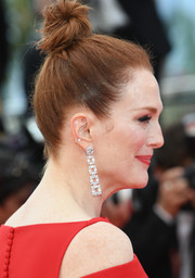 Julianne Moore injected a heavy dose of glamour with a pair of dangling diamond earrings by Chopard.