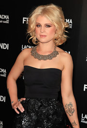 Kelly paired her strapless cocktail dress with a stunning silver statement necklace.