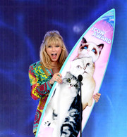 Taylor Swift showed off a huge gemstone ring by VRAM at the 2019 Teen Choice Awards.