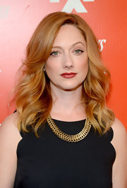 Judy Greer was flawlessly coiffed with this shoulder-length wavy 'do during the FXX Network launch.