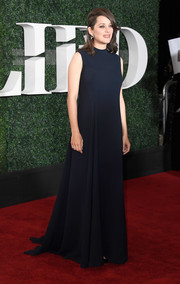 Marion Cotillard went for a minimalist look with this sleeveless midnight-blue gown by Dior Couture at the 'Allied' fan event.