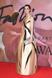 Erin O'Connor was a head-turner, as always, in a gold and black paint streak-print gown by Giles Deacon Couture at the Fashion Awards 2016.