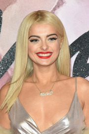 Bebe Rexha looked like a doll with her perfectly sleek blonde hair at the Fashion Awards 2016.