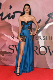 Neelam Gill showed some leg in a high-slit, lace-accented strapless gown at the Fashion Awards 2016.