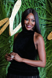 Naomi Campbell's statement flower ring looked gorgeous against her black velvet dress at the Fashion Awards 2017.