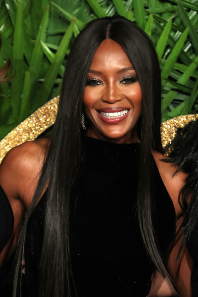 Naomi Campbell sported her signature sleek straight center-parted style at the Fashion Awards 2017.