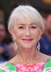 Helen Mirren amped up the glam factor with a pair of diamond chandelier earrings.
