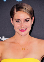 Shailene Woodley's pink lipstick went wonderfully with her yellow outfit.